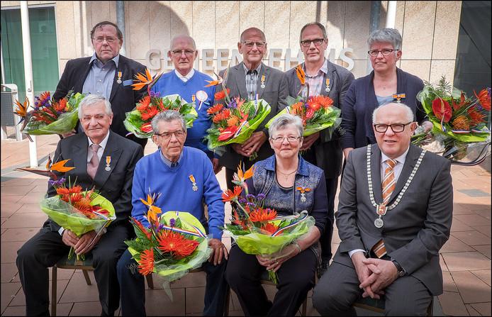 Burgemeester Karel van Soest van Boxmeer, hier op de foto met gedecoreerden tijdens de Lintjesregen in april 2015, is voorstander van één grote gemeente Land van Cuijk.