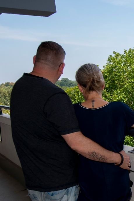 Na bizarre aanslag met bloempot vluchten Martijn en Miranda uit hun flat (en nu zijn ze blut)