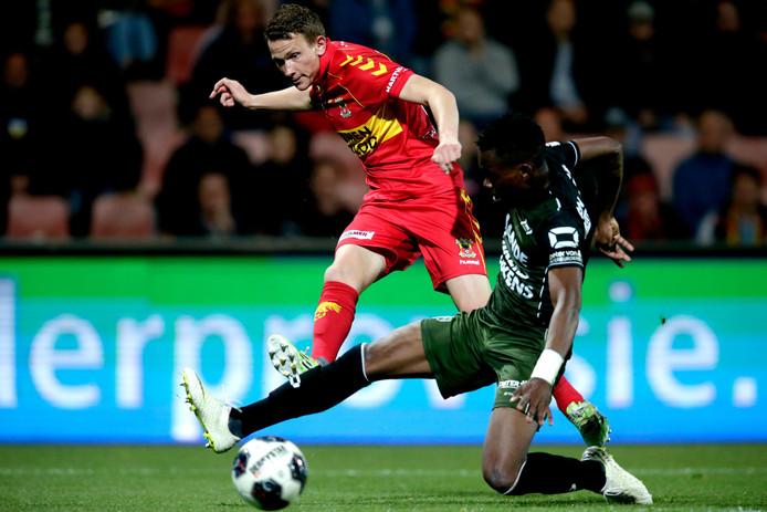 Julian Lelieveld (rood shirt) in actie voor Go Ahead Eagles tegen RKC Waalwijk.