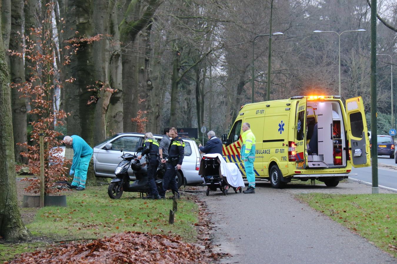 Hulpverlening na het ongeluk op de N225 bij Oosterbeek.