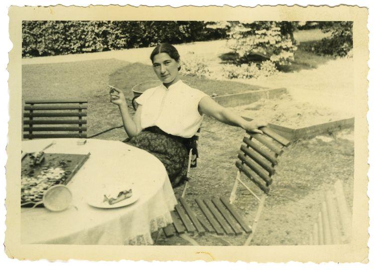 Janny met sigaret, circa 1956. Beeld privéarchief van Rob Brandes