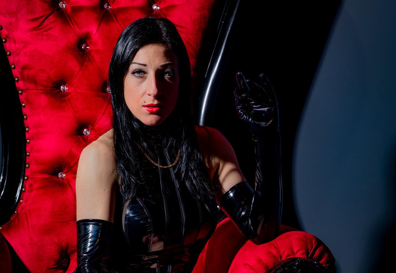 Meesteres Anita Divina komt uit Milaan, maar toog voor haar werk naar Lelystad.