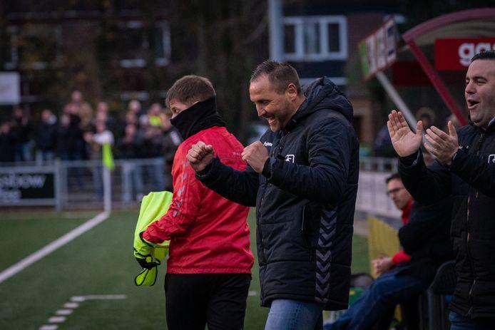 Trainer Scott Calderwood, debuterend bij DOVO, viert een van de treffers van de Veenendalers tegen ONS Sneek.