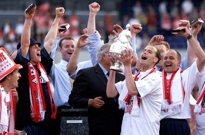 Erik ten Hag als FC Twente-aanvoerder met de KNVB-beker in 2001.
