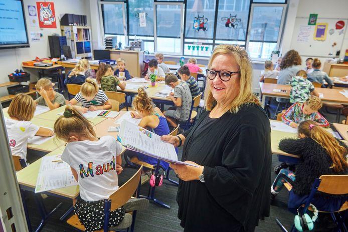 Mieke Geurts in roep 5 van basisschool De Beekgraaf te Nistelrode. Geurts staat al veertig jaar voor de klas.