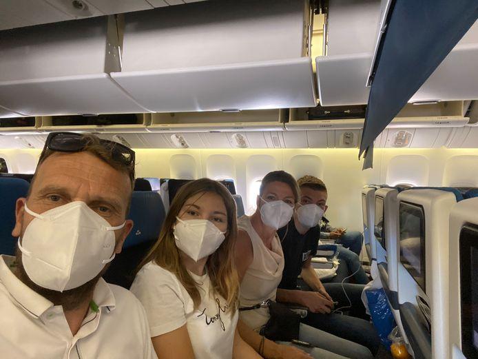 Bianca Verbon met haar man Erik, dochter Fleur en zoon Thijs in het vliegtuig op weg naar Bonaire. ,,Met mondkapjes op en maar zestig pasagiers ofzo; dan besef je pas hoe bizar dit is.''