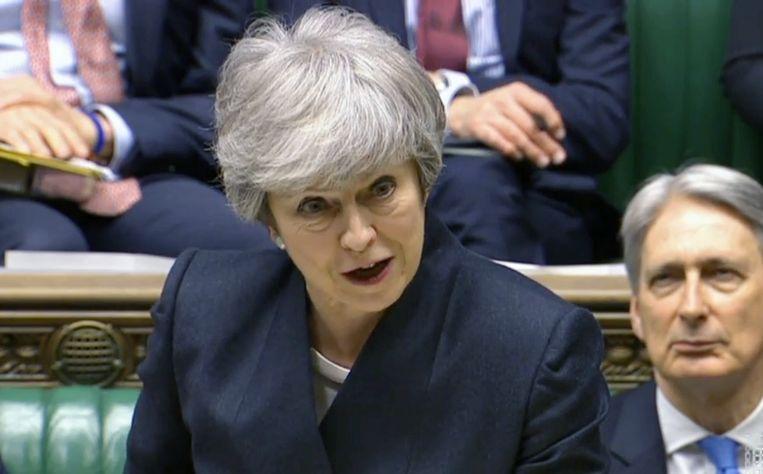 De Britse premier Theresa May deze week tijdens het brexitberaad in het parlement.  Achter haar: financiënminister Philip Hammond.