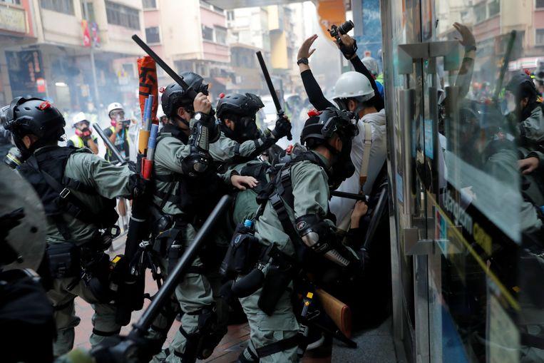 Demonstranten in Hongkong worden hardhandig aangepakt door de politie. Beeld REUTERS