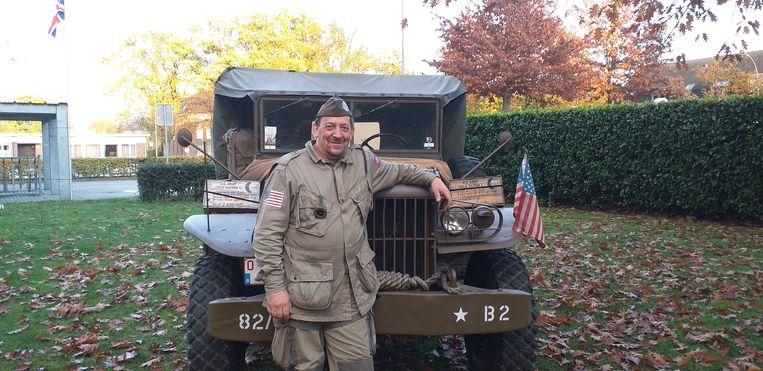 Voormalig NATO-militair en organisator Dirk aan zijn Amerikaanse legervoertuig Dodge WC51