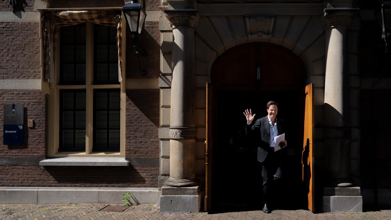 Premier Mark Rutte verlaat het ministerie van Algemene Zaken op weg naar het ministerie van Justitie en Veiligheid voor overleg over corona. Beeld Freek van den Bergh / de Volkskrant