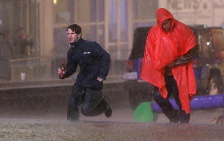 Inwoners van Dallas, Texas, rennen over straat terwijl het weeralarm klinkt. Beeld ap