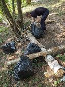 Man ruimt zooi op uit bos in Waalwijk als hij politiebericht leest op Facebook