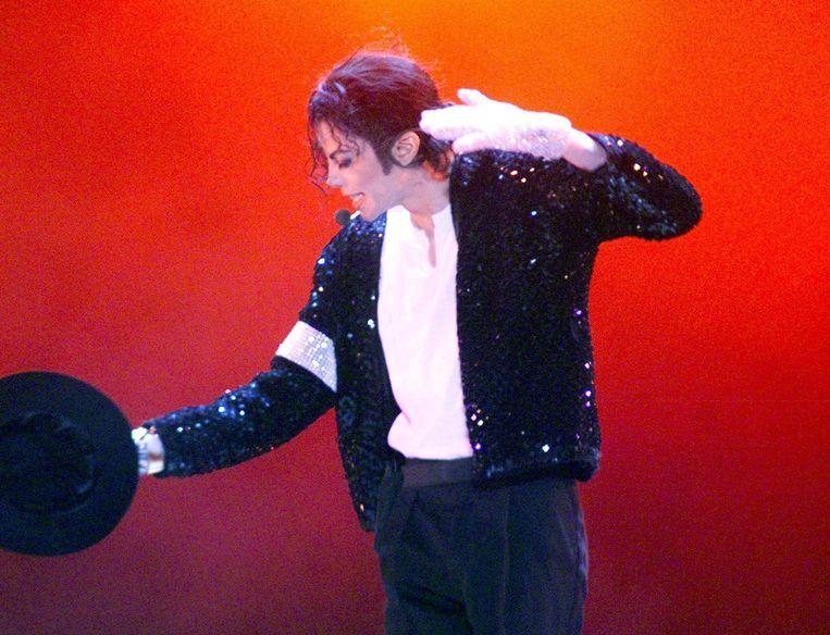 De sokken die Michael Jackson droeg toen hij zijn beroemde moonwalk voor het eerst deed, gaan onder de hamer.