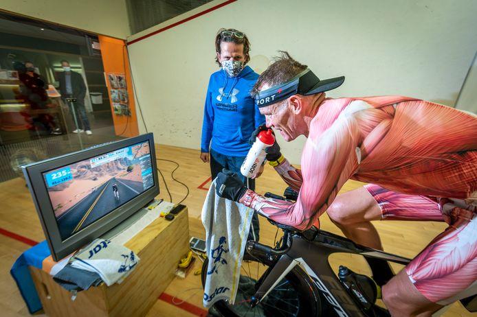 Ron van der Pol is bezig met zijn triatlon.