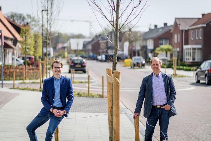 TT-2020-001993 DE LUTTE - Wethouder Jaimi van Essen (links) en Benny Visschedijk van stichting Dorpsbelangen De Lutte in de Dorpstraat.  EDITIE: OLDENZAAL FOTO: Emiel Muijderman EVM20200416