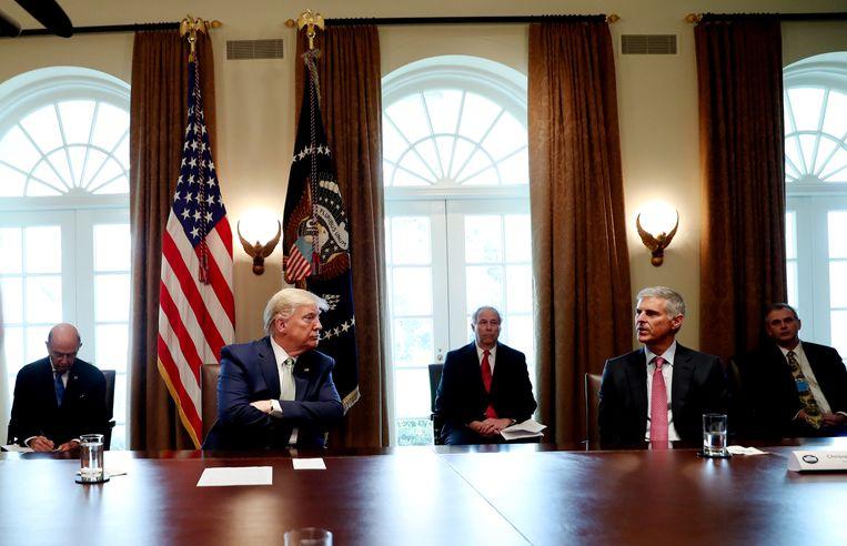 President Trump luistert naar Christopher Nassetta, de baas van de Hilton hotelketen, bij een overleg met topfiguren uit de toerismesector over de coronacrisis. Ook Trumps familiebedrijf krijgt zware klappen.  Beeld null