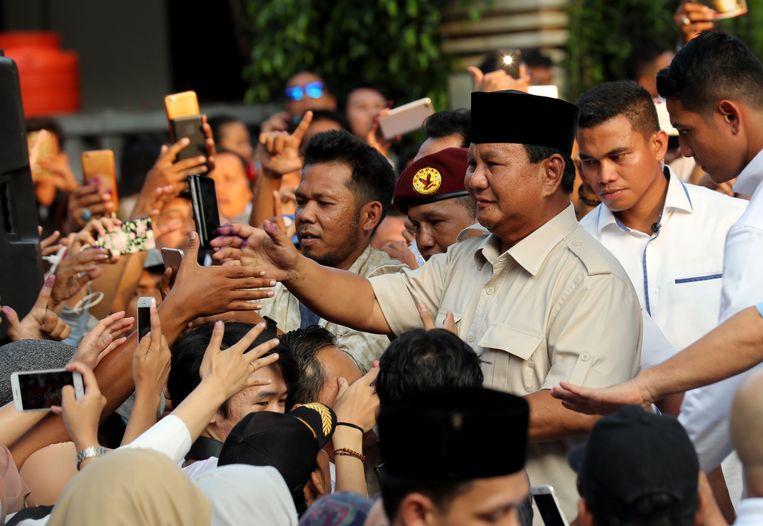 Oppositiekandidaat Prabowo Subianto groet aanhangers vlak voordat hij op een persconferentie de overwinning opeiste.  Beeld EPA