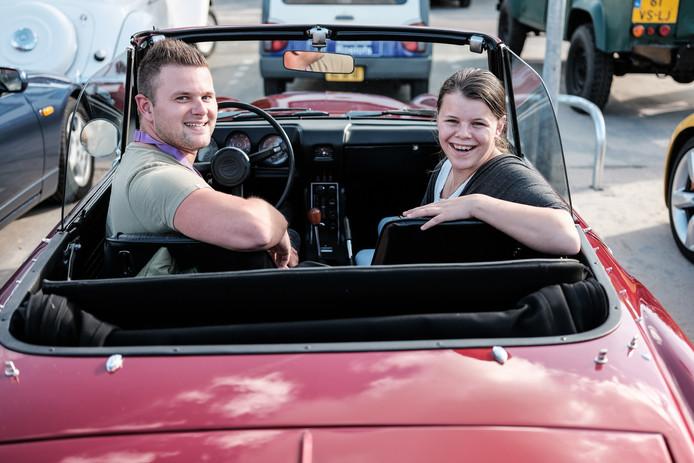 Richella Jansen in de Datsun Fairlady met privéchauffeur Bart de Gier.