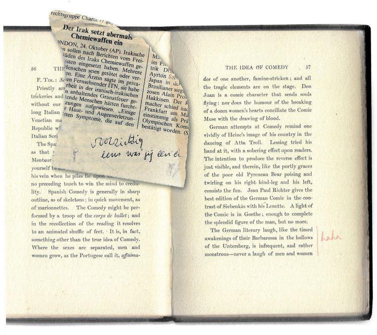 Notitie ('haha') en krantensnipper in An Essay on Comedy uit Luceberts bibliotheek. Beeld De weideblik