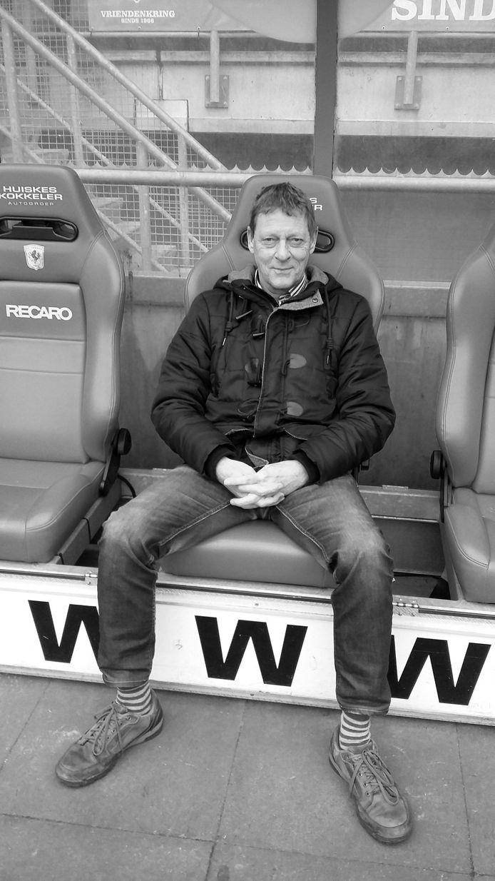 Bij de rondleiding door de Grolsch Veste, vrijdag 24 januari, poseert Peter Mos in de dug-out. Hij levert zijn FC Twente-relikwieën in en zegt na 46 jaar het lidmaatschap van de Vriendenkring op.