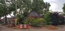 Een woning aan de Winkelsteegseweg in Nijmegen raakte zwaarbeschadigd door een omgewaaide boom.