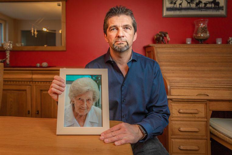 Dirk Boschmans met een foto van zijn moeder, Johanna.