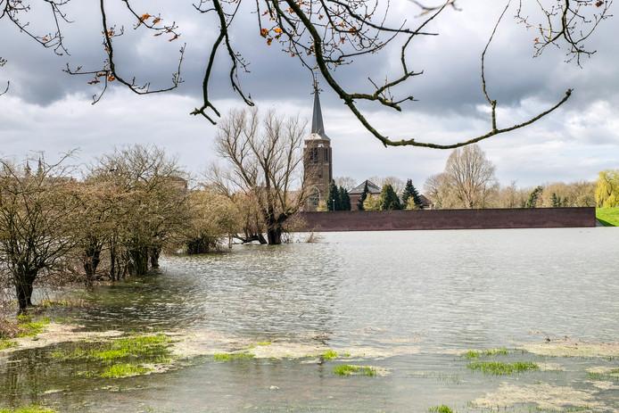 Door de vele regen van afgelopen week in België en Duitsland is het riviertje de Niers buiten haar oevers getreden. Het Niersdal vanaf de Henakker richting Gennep.