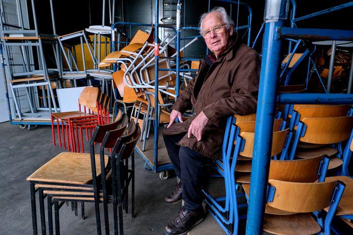 Wil Winkelman tussen de schoolmeubels die zijn gebruikt voor de televisieserie en film De Luizenmoeder. De meubels gaan vanuit Strijen naar Malawi.