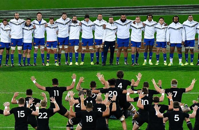 Rugby: Frankrijk kijkt naar de haka van Nieuw-Zeeland.