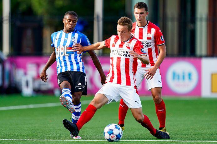 Jap Tjong in duel tegen Jong PSV.