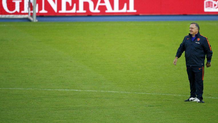Dick Advocaat in Wenen op het veld voorafgaand aan de oefenwedstrijd tegen Oostenrijk. Beeld null