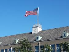 Amerikaanse vlag op voormalig belastingkantoor Terneuzen. 'Gewoon omdat het mooi is'