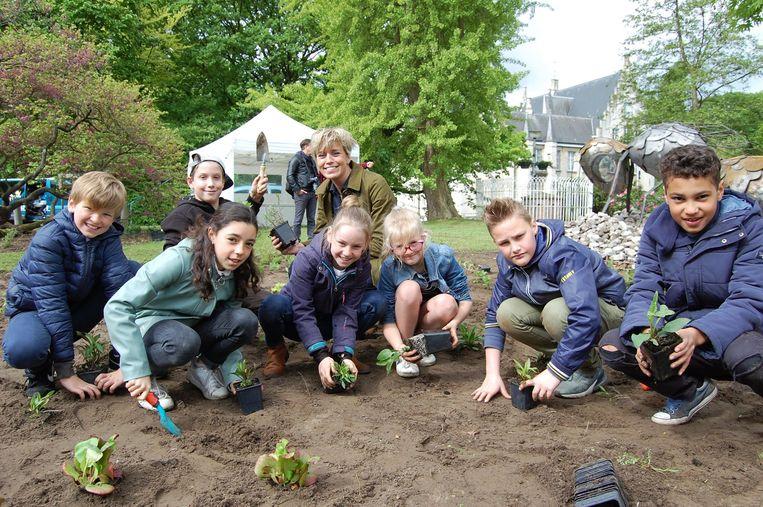 De leerlingen van de Centrumschool staken samen met Britt Van Marsenille de handen uit de mouwen en plantten bijenvriendelijke planten en bloemen aan.