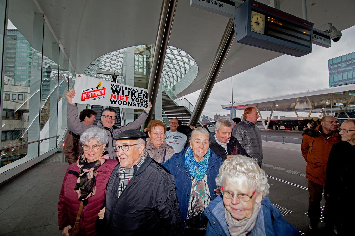 Bewoners uit de wijk Wielewaal in Rotterdam op weg naar het gerechtshof in Den Haag.