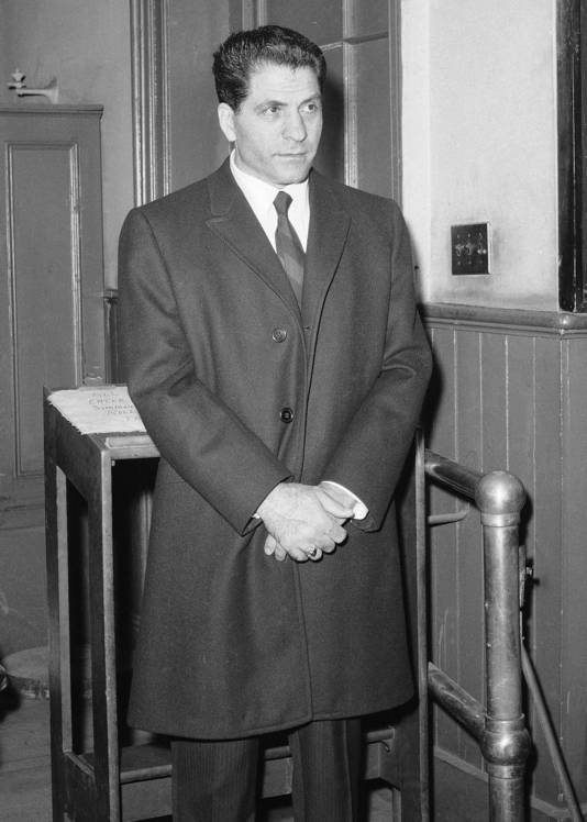John 'Sonny' Franzese op het politiebureau in New York na een aanhouding begin jaren zestig voor illegale gokactiviteiten.