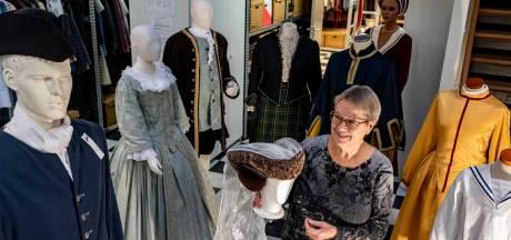 Verkoop opslagruimte dreigt: waar moet Ria dan heen met deze historische kostuums?