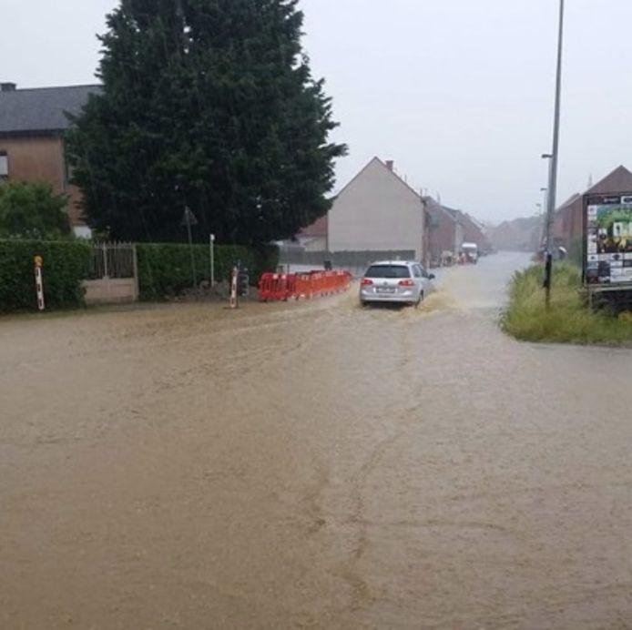 Een kruispunt staat onder water in Rillaar.