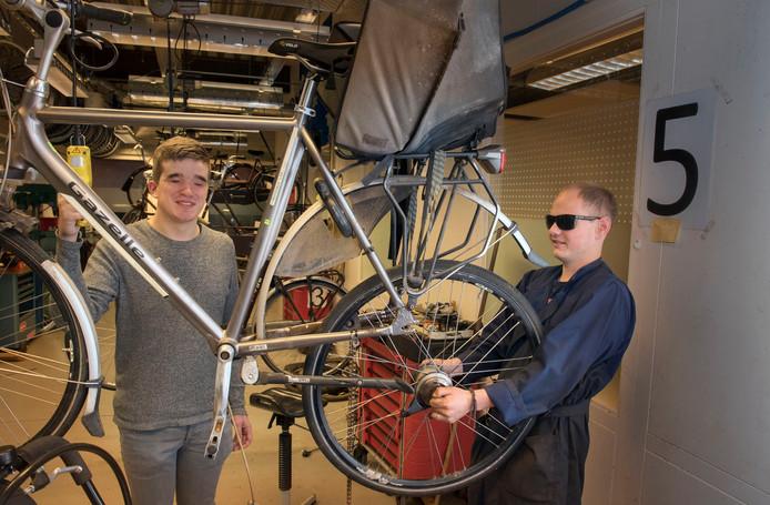 """Maik (links) en Pim pakken alle werk aan. Pim: ,,Natuurlijk bestaan er ook lastige klussen. Een wiel spaken bijvoorbeeld."""""""