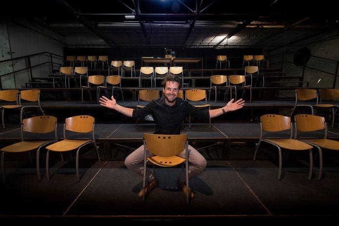 Mark van Dooren toont de theaterzaal met daarin stoelen die zo zijn neergezet dat 1,5 meter afstand gewaarborgd kan blijven.