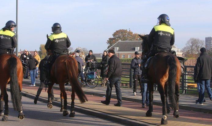 De politie kon niet voorkomen dat er rookbommen gegooid werden door pro-piet-betogers op het moment dat Sinterklaas langs kwam. Ook scandeerden pro-pietengroepen 'Schaam je kapot!' naar het Kick Out Zwarte Piet-vak.