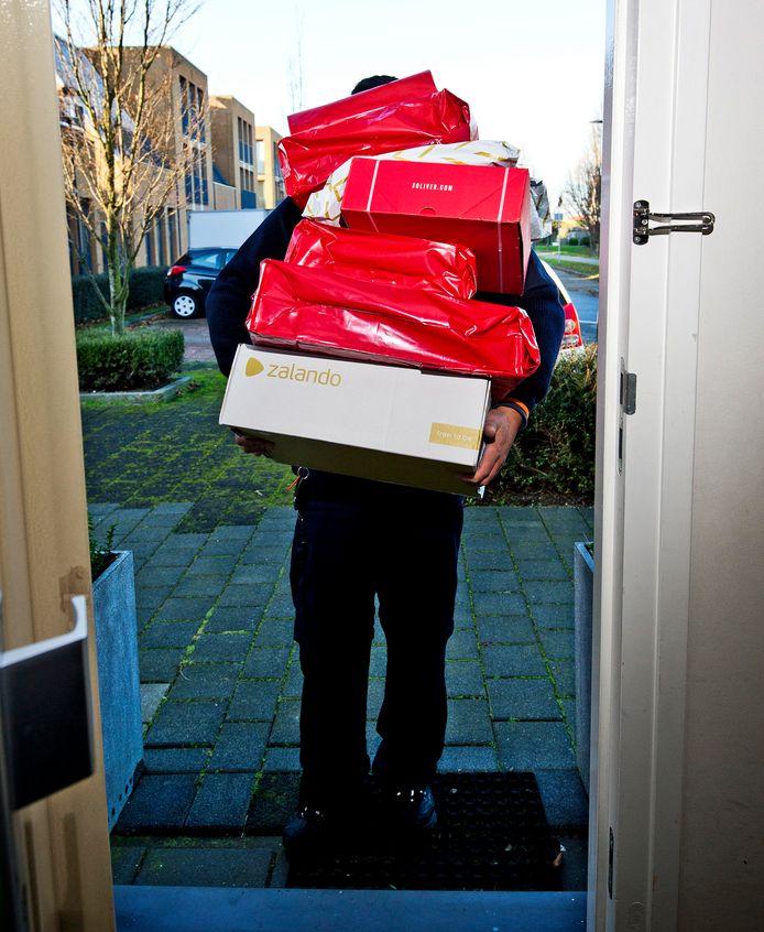 De pakketbezorger staat weer voor de deur.