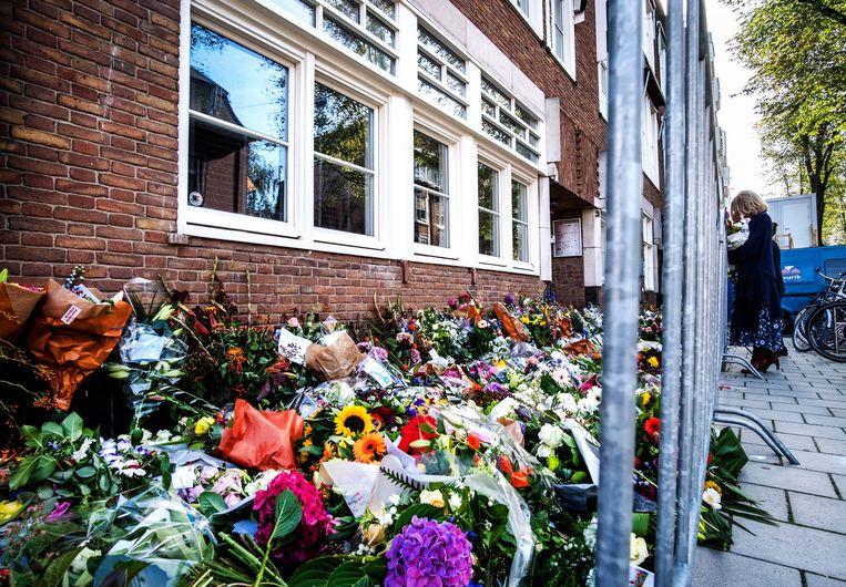 De bloemenzee bij het kantoor van de vermoorde Wiersum in september. Beeld ANP