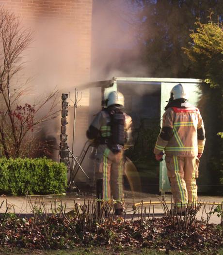 Schutting bij Nijverdalse woning vat vlam