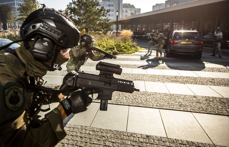 Speciale interventie-eenheden geven een demonstratie in Den Haag. Bij de meerdaagse oefening wordt de samenwerking tussen de politie in Europa getest. Tegelijk ondertekent Europol met politie-eenheden uit 31 landen in Europa een samenwerkingsakkoord.