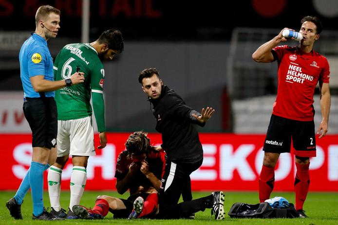 Terwijl zijn teamgenoten zojuist de 0-2 hebben gevierd, moet Orhan Dzepar nog even bijkomen.