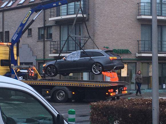 De Audi RS6 Avant met Nederlands kenteken die achterbleef aan de bank.