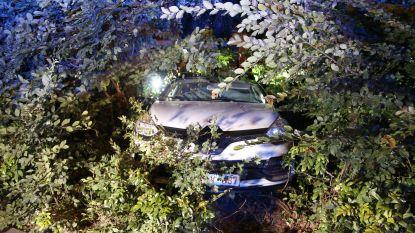Jongeman wil indruk maken met gloednieuwe auto, maar belandt in de bosjes