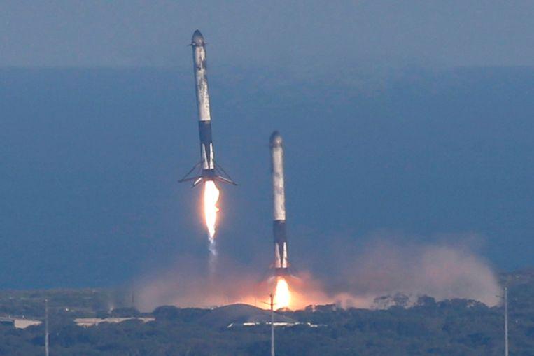 8 minuten later landen twee boosters al terug op Cape Canaveral.