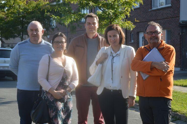 Stefan Vereecken (begeleider Levenslust vzw), Else De Wachter (directeur Levenslust vzw), Stijn Vermassen (voorzitter Ninove-Welzijn), Leentje Cornelis (directeur Ninove-Welzijn) en Patrick De Jonge (begeleider Levenslust vzw) in de Pollarewijk.