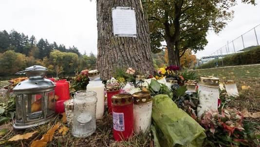 Bloemen, kaarsjes en handgeschreven reacties op de plaats delict.